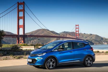 Auf zu neuen Ufern: Das wegweisende neue Elektroauto Opel Ampera-e vor der weltberühmten Golden Gate Bridge