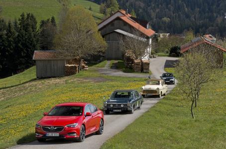 Aufstellung: Der neue Opel Insignia Grand Sport mit seinen legendären Ahnen Opel Diplomat von 1976, Opel Kapitän von 1956 und Lotus Omega von 1990 in den Bergen vor dem Bodensee