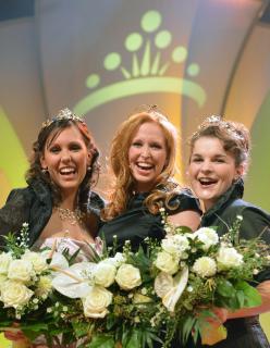Unser Bild zeigt von links: Weinprinzessin Anna Hochdörffer, Weinkönigin Julia Betram und Prinzessin Natalie Henninger ; Quelle: www.deutscheweine.de