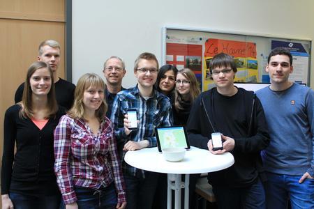 """Das Projektteam """"Green City App"""" aus Studierenden der Medien-Informatik um Projektleiter Christoph Rohman (2.v.r.) und Prof. Dr. Clemens Westerkamp (4.v.l.)"""
