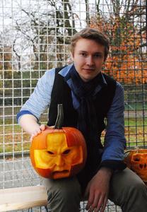 Max Uschanow hat sich extra ein teures Spezialmesser besorgt, um seine Kürbis-Skulptur zu gestalten