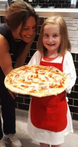 Herzkind Zoe mit ihrer Pizza