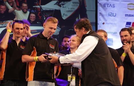"""Preisübergabe: Opel-Entwicklungschef Charlie Klein stellt das Opel-Engagement bei der Formula Student vor und überreicht den """"Opel Style Award"""" an das Team Starkstrom © GM Company"""