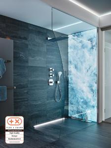 """Frischer Duschspaß: Sprinz-Wandverglasung mit dem Motiv """"Wellensturm"""" und LED-Licht."""
