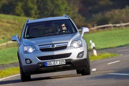 Der zum Modelljahr 2011 umfassend überarbeitete Opel Antara bietet auch ein ausgezeichnetes Preis-Leistungs-Verhältnis. Als Einstiegsmodell fungiert mit einem Basispreis von 26.780,- Euro (inkl. MwSt.) die 123 kW/167 PS starke Benzinerversion 2.4 ECOTEC in der Ausführung Selection mit Frontantrieb