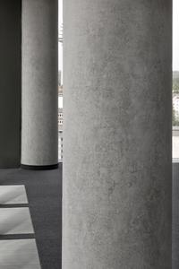 Die Caparol Antik Lasur unterstreicht die feine Strukturierung der Sichtbetonsäulen und macht die Betonoptik leichter