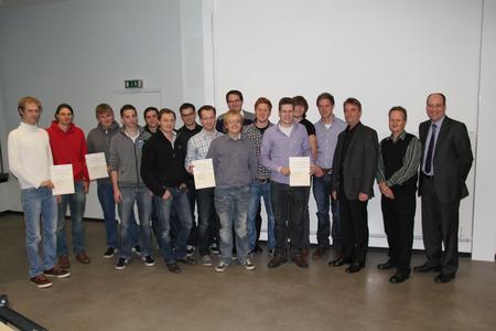 Stolz und Freude waren den drei Gewinner-Teams deutlich anzusehen. Und auch Prof. Thomas Derhake (3.v.r.), Andreas Schrödter (2.v.r.) und Thomas Hawighorst (rechts, beide W&H) waren mit den Ergebnissen des Ideenwettbewerbs sehr zufrieden