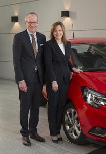 Gute Nachrichten: GM CEO Mary Barra und Opel Group CEO Dr. Karl-Thomas Neumann vor dem neuen Corsa. Die GM-Chefin kündigt die Produktion eines neuen SUV in Rüsselsheim an