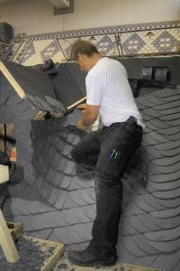 """Die traditionelle Kunst des Schieferdeckens gehört zur """"Grundausbildung"""" im Dachdeckerhandwerk."""
