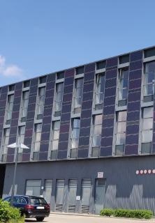Mit Fassaden kann auch Strom erzeugt werden.