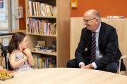 """Bundesratspräsident Dietmar Woidke traf im Kinderhaus """"Pusteblume"""" auch auf die kleinen Gäste / Foto: Guido Werner/Deutsche Fernsehlotterie"""