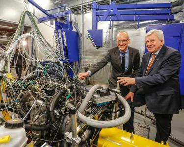 Der Ministerpräsident des Landes Hessen, Volker Bouffier, und Opel-Chef Dr. Karl-Thomas Neumann nehmen gemeinsam den ersten Prüfstand für Antriebssysteme in Betrieb