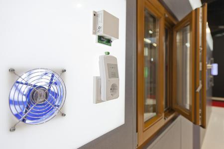 Auf der Security 2012 stellte Winkhaus mit dem Verschlusssensor VS.DIBT.06 eine neue beschlagsintegrierte Verschlusssensorik vor. Die innovative Technologie aus dem Programm activPilot Control erlaubt den Betrieb der Dunstabzugshaube nur, wenn das Fenster geöffnet ist. Foto: Winkhaus