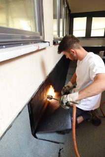 Zunehmend sind auch Abiturienten aufgrund der guten beruflichen Perspektiven Feuer und Flamme für eine Ausbildung im Dachdeckerhandwerk.