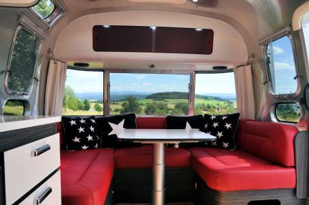 Airstream Frontlounge mit rotem Leder