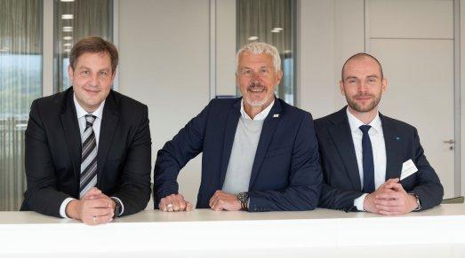 Von links: Roland Göhde und Erhard Fichtner, Vorstandsvorsitzende der GHA, mit Peter Biendarra, Global Key Account Management bei Meiko, in der Konferenzebene des Experience Centers