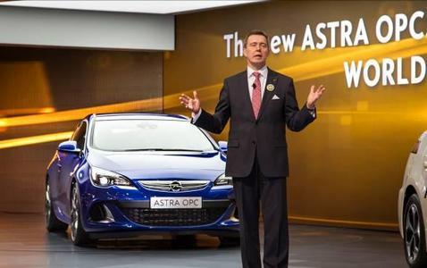 Weltpremiere eines Sportlers: Der Opel Astra OPC ist ein Highlight auf dem Stand des Unternehmens beim Genfer Automobilsalon. Vorstandsvorsitzender Karl-Friedrich Stracke präsentierte das Fahrzeug zur Eröffnungs-Pressekonferenz