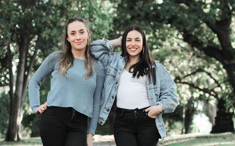 "Michaela Jones (links) und Melissa Tracina podcasten auf ""Social JustUs"" © Foto: Adventist Record"