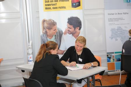 Beim Bewerbungsmappencheck prüfen Experten kostenlos Lebensläufe und Anschreiben der Messegäste. Foto: Barlag