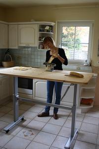 In der Küche entlastet eine höhenverstellbare Arbeitsfläche den Rücken. Die Rollen unter den Tischfüßen machen den Multitable zu einem beweglichen Möbelstück