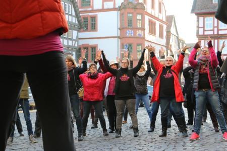 Der zweite Tanzstreik fand 2017 ebenfalls auf dem Alsfelder Marktplatz statt – in diesem Jahr soll dort wieder tanzend auf die Gewalt gegen Frauen und Mädchen aufmerksam gemacht werden / Foto: Gaby Richter