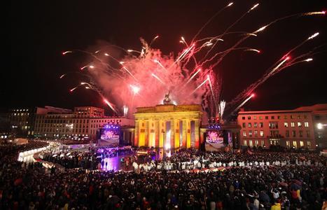 Für die Ewigkeit festgehalten: Das wiedervereinigte Deutschland feierte 2009 das 20jährige Jubiläum des Mauerfalls. Quelle: picture alliance / Photoshot