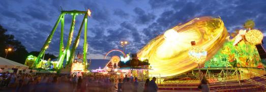 Beim Gäubodenvolksfest in Straubing hat es Tradition, dass viele der modernsten, besten, schnellsten, atemberaubendsten und unterhaltsamsten Fahrgeschäfte Europas die Gäste verwöhnen. Foto: Fotowerbung Bernhard