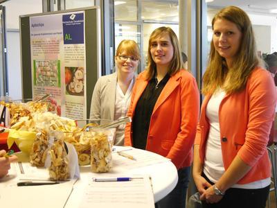 Eva-Maria Stermann, Linda Lüddeke und Tanja Hüer (v.l.) lassen ihre selbst hergestellten Obstchips verkosten