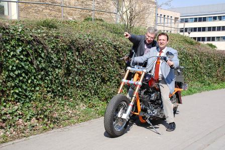 Weit nach vorne geht es für den Bereich Fahrzeugtechnik der FH Osnabrück: Prof. Dr. Viktor Prediger und Prof. Dr. Norbert Austerhoff (von links) stellen ein neues Prüfsystem für Motorräder und Quads auf der Hannover Messe vor