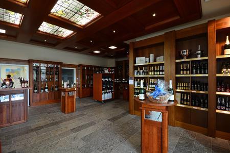 Die Neue Vinothek im Eingangsbereich lädt zum Verkosten und Einkaufen ein