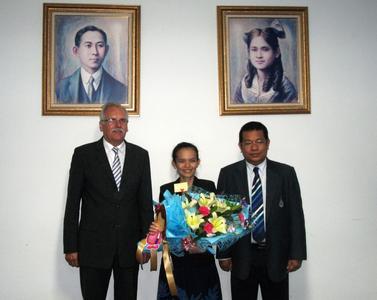Ausgezeichnet: Skulrat Pichaiyut hat ihre Promotion mit Bravur bestanden. Auch ihre Betreuer, Prof. Norbert Vennemann (links) und Prof. Charoen Nakason, freuen sich über diesen Erfolg