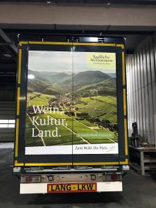 Neue Sattel-Auflieger von Toni Hotz transportieren die Südliche Weinstraße über Deutschlands Straßen