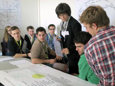 Anne-Kathrin Gerlach, Absolventin der Hochschule Osnabrück und Trainee bei CLAAS, diskutierte mit Studierenden der Hochschule Osnabrück über die Trends der Agrartechnik