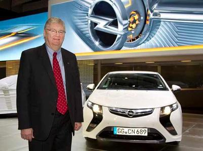 Opel-Chef Nick Reilly fährt im Ampera zum Genfer Automobilsalon.