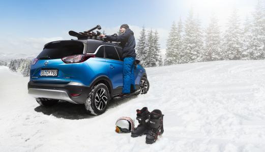 Schnell und einfach befestigt: Für den sicheren Transport von Skiern und Snowboards hat Opel die passenden Dachträgersysteme im Crossland X-Zubehörprogramm