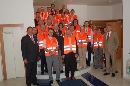 """Der Gastgeber Martin Krengel (vorne links) mit dem soeben konstituierten Forum """"Personalentwicklung"""" des IHK-Bildungsinstituts"""