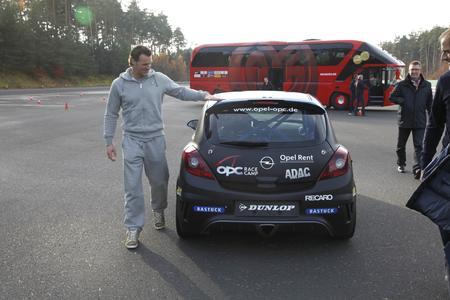 Torwart mit OPC: Der Mainzer Schlussmann Christian Wetklo im Opel-Testzentrum Dudenhofen. Das Bundesligateam von Mainz 05 war zu Gast beim Automobilunternehmen, um die Modellpalette zu testen und kennenzulernen. Natürlich standen vor allem die sportlichen Modelle der Marke im Mittelpunkt