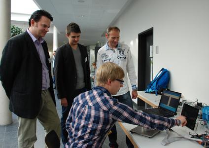 """Die Präsentation des Osnabrücker Forschungsprojekts """"Multimodale Interaktion für automotive Anwendungen"""": Der Informatik-Masterstudent Martin Abel steuert eine Android-App durch berührungslose Gesten"""