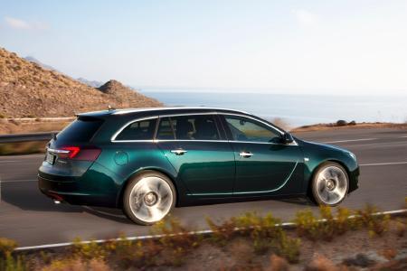 Reisen mit Stil: Im Opel Insignia sind Hund und Halter überaus elegant unterwegs