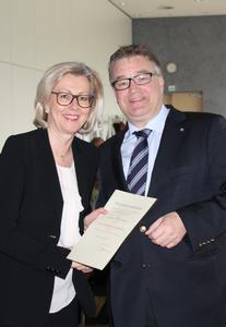 Regionspräsident Hauke Jagau überreicht DMSG-Bundesgeschäftsführerin Dorothea Pitschnau-Michel die Urkunde zum Bundesverdienstkreuz