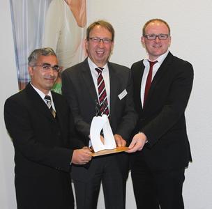 Gemeinsam für Integration und Toleranz: Cafer Kaya (SV Rhenania Hamborn), der Novitas BKK-Vorstandsvorsitzende Ernst Butz und Duisburgs Oberbürgermeister Sören Link