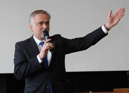 """""""Osna Helau!"""" Oberbürgermeister Wolfgang Griesert begrüßte, wie der Moderator der Begrüßungsfeier, Benjamin Häring, die Erstsemestern mit einer kleinen Büttenrede"""
