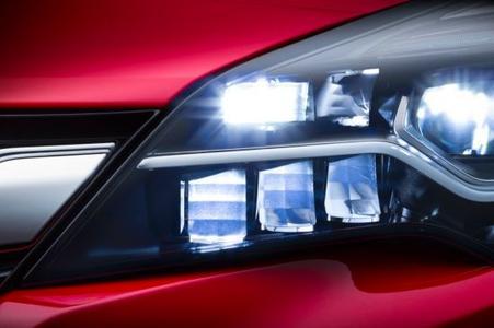 Ausgezeichnet: Das neue IntelliLux LED® Matrix-Licht passt die Länge des Lichtstrahls und die Verteilung des Lichtkegels automatisch und kontinuierlich jeder Verkehrssituation an