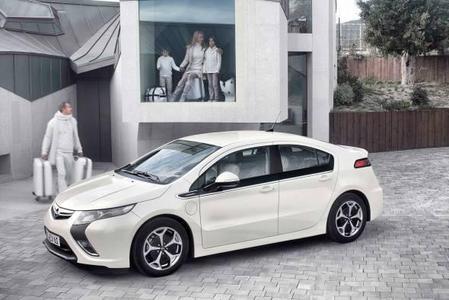 Die Serienversion des Opel Ampera wird auf dem Genfer Automobilsalon (3. bis 13. März)  Weltpremiere haben. Mit seinem einzigartigen elektrischen Antriebssystem präsentiert sich der fünftürige Ampera als voll alltagstaugliches  Fahrzeug für vier Personen.Bereits rund tausend Reservierungen liegen europaweit für das revolutionäre Elektrofahrzeug vor