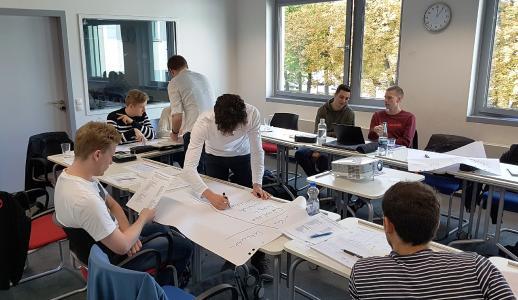 In einer kleinen Gruppe arbeiten die Studierenden besonders intensiv und lernen sich schon vor dem regulären Semesterbetrieb näher kennen. Foto/Marcus Wehrstein