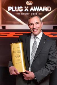 Stolzer Sieger: Zum vierten Mal in Folge konnte Andreas Marx, Direktor Marketing Opel Deutschland, die Most Innovative Brand-Trophäe bei den Plus X Awards in Empfang nehmen © GM Company