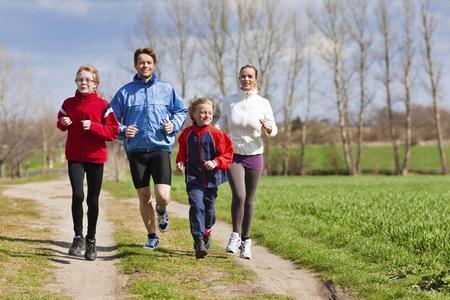 Nicht allein trainieren zu müssen, steigert die Motivation erheblich - Foto:djd/Traumeel/thx