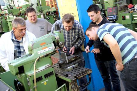 Die Teilnehmer des Pilot-Praxisstudiengangs für Studienabbrecher absolvieren auch ein Praktikum in der Mechanischen Werkstatt der Eckert Schulen. Foto: Eckert Schulen