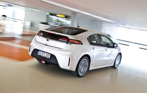 Eilt lautlos von Erfolg zu Erfolg: Der elektrische Opel Ampera. Für Europa liegen derzeit mehr als 6.500 Bestellungen vor. Insgesamt peilt Opel 2012 den Verkauf von 10.000 Einheiten an