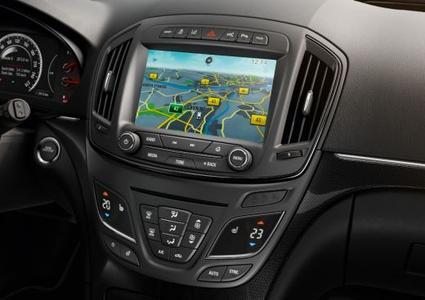 Aufgeräumt: Das klar gegliederte Cockpit des neuen Opel Insignia mit neuer Infotainment-Generation, radikal vereinfachtem Bedienfeld und acht Zoll großem Farb-Touchscreen